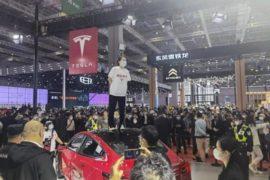 चीनको मोटर शोमा महिलाले टेस्ला कारको छतमा चढि हंगामा गरेपछि