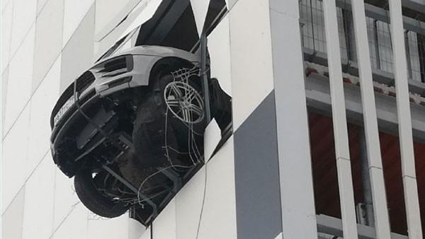 बहुतले पार्किङबाट निकाल्दा झ्यालमा झुन्डियो कार, भाइरल बन्यो भिडियो