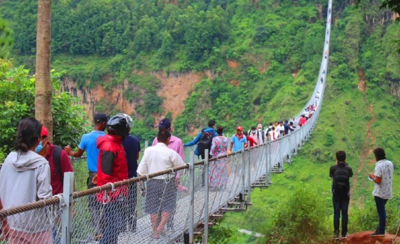 बागलुङ र पर्वत जोड्ने झोलुङ्गे पुल पर्यटकले भरिभराउ