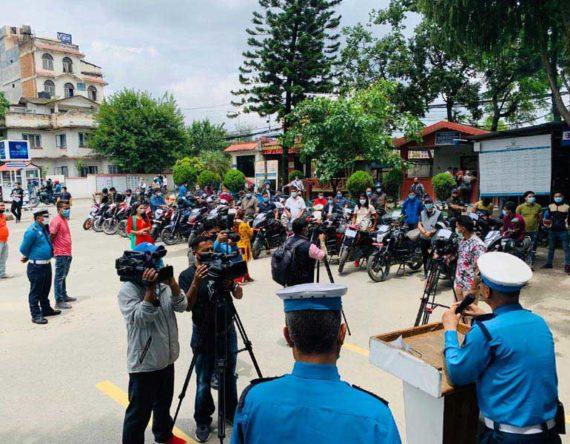 ट्राफिक प्रहरीले बुझायो निषेधाज्ञामा भेटिएका ३३ मोटरसाइकल : चोरको आँखामा पल्सर